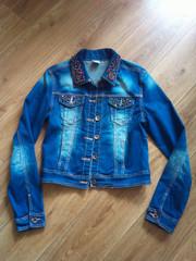 супер классный джинсовый пиджак с нашивками из бусин